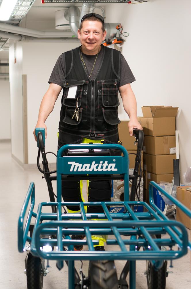 Mann med elektrisk trillevogn